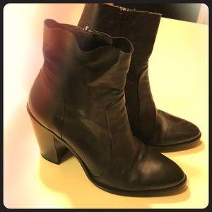 Steve Madden black leather ankle boot size 9
